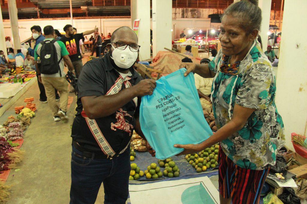 DPR Papua berikan bantuan bahan makanan kepada pedagang di pasar mama - mama Papua. Rabu, 22 April 2020 (23)