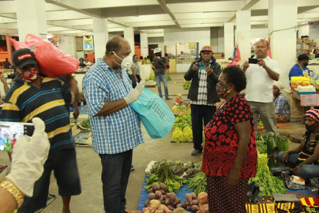 DPR Papua berikan bantuan bahan makanan kepada pedagang di pasar mama - mama Papua. Rabu, 22 April 2020 (27)