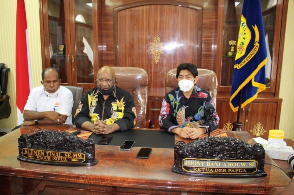 Wakil Gubernur Papua Klemen Tinal,SE.,M.Si (Tengah) Ketua DPR Papua Jhony Banua Rouw, SE (kanan), Ketua PB PON Dr. Yunus Wonda, SH., MH (kiri)